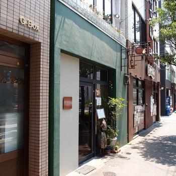 グリーンの壁に、ティーポットとワインボトルの看板が目印。昼はカフェ、夜はバーになります。食材にこだわり、時間をかけてじっくりと調理されたカレーが人気です。