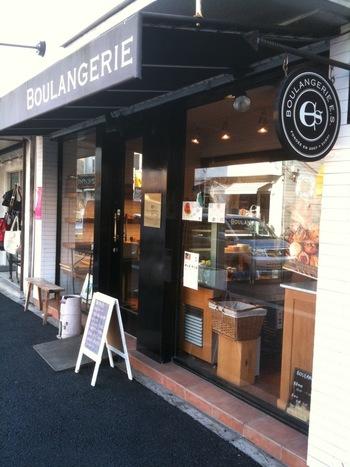 「エス」は逗子駅から歩いて行ける距離にあるブラック&ホワイトのスタイリッシュな店構えのパン屋さん。