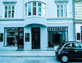 """こちらは、デンマーク・コペンハーゲンのギャラリーやミュージアムなどが多く集まるエリアにオープンした、minä perhonenとのコラボレーションショップ「CUP(カップ)」。minä perhonenが開発した新ファブリック""""dop""""を中心に、日本の「よいもの」をヨーロッパに紹介しています。"""