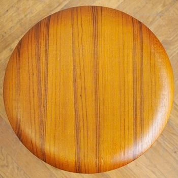 座面はナチュラルなテイストの明るいオーク材を使用し、脚部は天然木のフロアや明るい大理石のフロアにも合うホワイト、ナチュラル、ブラックの3種から選べます。