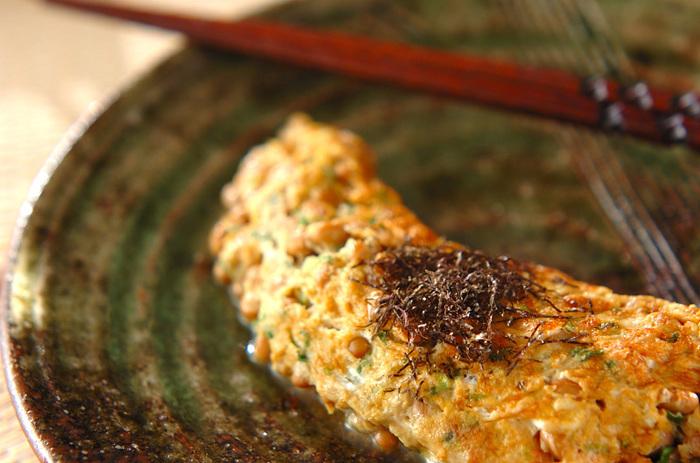 忘れがちなタンパク質は納豆オムレツで補いましょう。動物性のタンパク質と植物性のタンパク質が一度に摂れちゃいます。お好みで刻みのりをトッピングして。