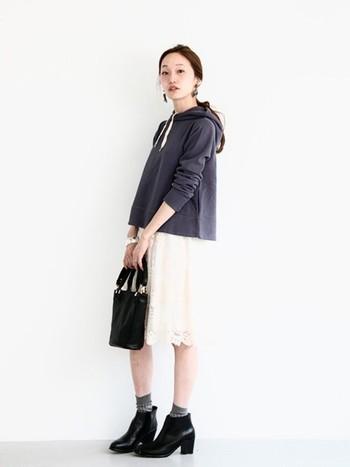 真っ白なひざ丈のスカートは、少しガーリーなアイテムなので、甘い雰囲気になってしまいがちです。黒のパーカーやサイドゴアブーツのようなボーイッシュなアイテムでカジュアルダウンして、大人かわいいスタイルに。