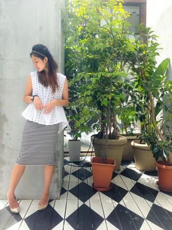 裾の部分が広がったAラインのシルエットがユニークなヘムブラウスです。黒×白のボーダースカートが良いアクセントになっています。ちょっとしたお呼ばれや、オフィスカジュアルとしても活躍できそうなスタイルですね。