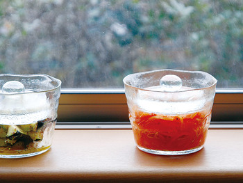 調理器具というより、もはや食器に近い意匠感。こんなに涼しげな浅漬け鉢なら毎日漬けたくなりますね♪