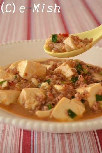 この麻婆豆腐、ひき肉に見える茶色のプチプチは実は雑穀!あまり知られていない、雑穀のおかずとしての使い方を丁寧に解説しています。
