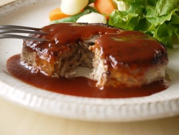 ハンバーグのタネにえのきをたっぷり入れると、ヘルシーにかさましができて、ふっくらとした焼きあがりに。いつもより豪華な食卓になりそうです。