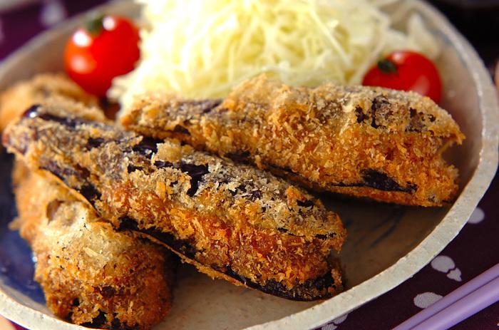 ひき肉をはさんで、男性や子どもたちにも喜ばれる、ジューシーでボリュームたっぷりの主菜に。