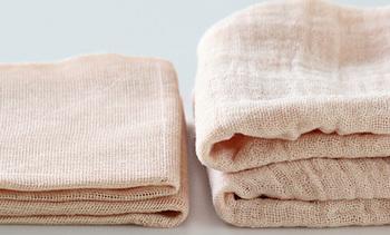 最初は糊が付いていて、硬い花ふきん。用途によってはそのまま使うことも出来ますが、キッチンで使う場合にはぬるま湯で糊を落としてから使い始めましょう。お手入れは、中性洗剤での手洗いが推奨されています。