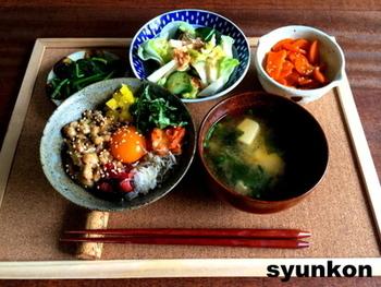 山本さんのレシピは、どこにでもある食材と調味料で、できるだけ安く、簡単に作れるものばかり。包丁なしでできるレシピやレンジで作れるレシピなど、初心者さんでも気軽にトライできますよ。