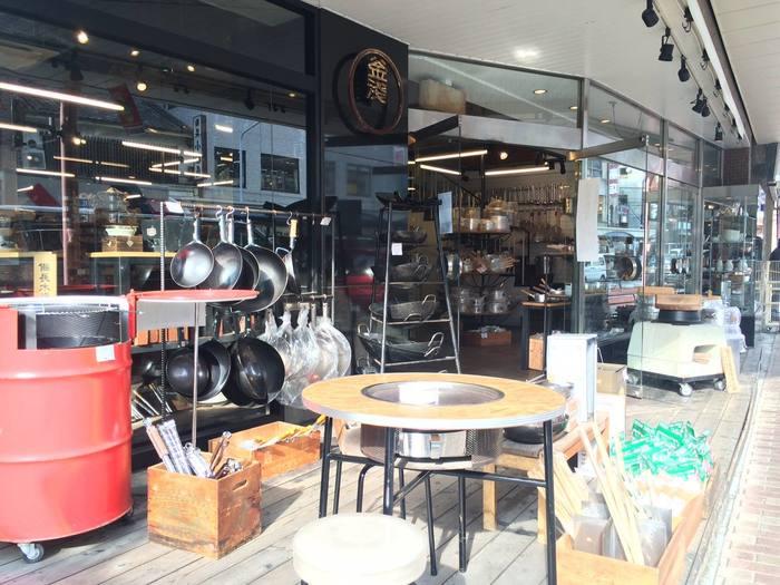 豊富な料理道具を扱うこちらのお店では、お店の外に大きな釜や鉄のフライパン、七輪などが並び、外から店内を見ると、実にたくさんの道具がところ狭しとひしめいているように見えます。