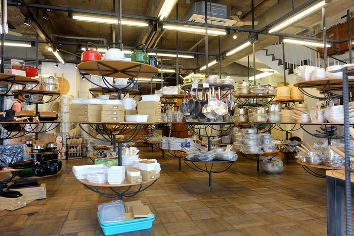 店内に入ると、お客さんの手の届く範囲で、どの角度からでも見やすく商品が陳列されています。大鍋や大きなまな板やせいろ等々、プロ仕様のものも多いですが、一般家庭で使いやすい道具がたくさん並んでいます。