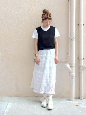 爽やかなレースのロングスカートです。コットン素材の白Tシャツ×黒タンクをベストのように着こなしていて素敵ですね。エスニックなターバンがニュアンスを与えています。