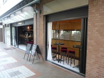 JR芦屋駅すぐそばの「バール ラッフィナート」は、人気のイタリアンレストラン「ラッフィナート」が展開するバール。朝のモーニングから、夜はバーカウンターでお酒も楽しめます。