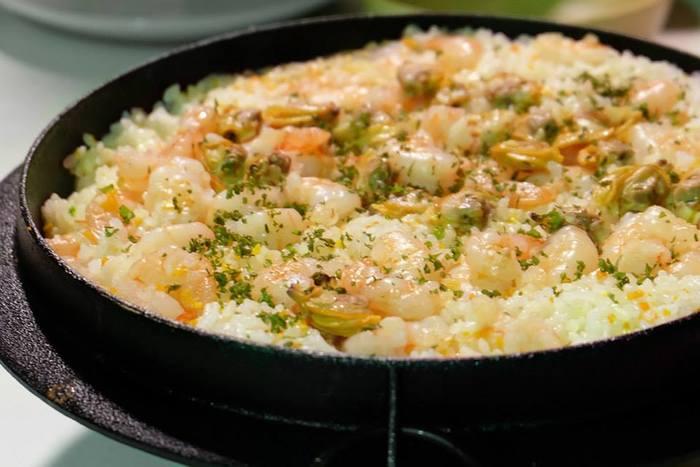 元々、うどん用に作られた南部うどん釜。熱伝導に優れているので、煮込みなどに最適です。魚介や野菜を加えて作ったパエリアは、旨みが凝縮されて絶品。各サイズに合わせた釜蓋を使えば、白米もびっくりするほど美味しく炊けます。
