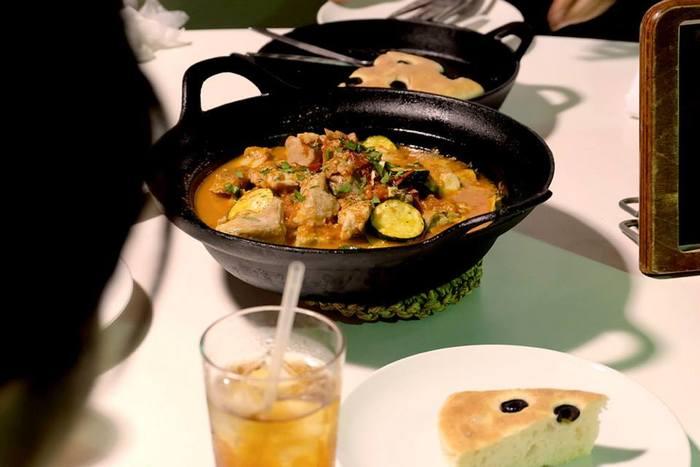 直火はもちろんIHコンロ、オーブンなどにも対応している南部鉄器の鍋。鍋料理はもちろん、西洋の料理にも色々応用できて便利。スパイシーな煮込み料理、アヒージョ等々、アイデアは無限に出てきそうです。シンプルで美しいかたちは、作ってそのままテーブルに出しても様になります。それに、アツアツのまま食べるのが醍醐味なお料理はたくさんありますよね。