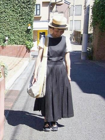 ヤエカのワンピにインしたTシャツが爽やかさを演出。麦わらカンカン帽がファッションを引き締めていますね。かわいい!