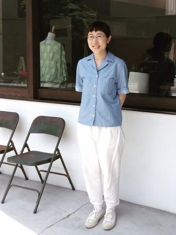 ホワイトのボトムにヤエカの開襟シャツがアクセント。全体のシルエットがとてもキレイなので、シンプルなのに存在感がありますね。
