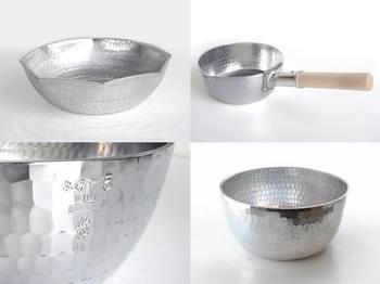 釜浅商店にはたくさんのアルミ製の鍋が置いてありますが、中でも特にお薦めしたいのが、本手打行平鍋。量販品と明らかに違うのはその厚さ。3mmと厚手の行平鍋は丈夫で、じっくりと均一に熱を伝えてくれます。和食を手際よく作りたかったら、これ一つあるだけで断然違ってきます。