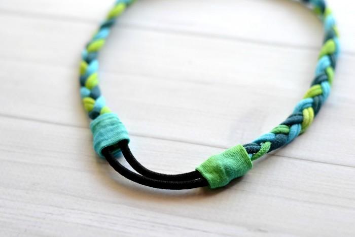 7. ヘアゴムと三つ編みの接続部分に、(6)でカットした余分なチューブを広げたものを巻き付けてグルーガンで接着したら完成です。