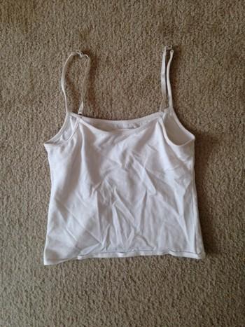 【手順】 1. Tシャツ(今回はキャミソール)の裾の縫い目を合わせて平らに置きます。