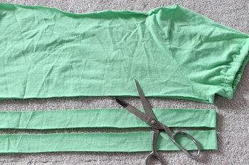 1. Tシャツを平置きして身頃の部分を4センチ幅くらいで2本裁ち出します。(筒の状態で2重にしたまま使用します。)
