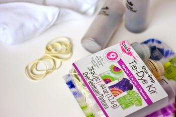 絞り染め用のキットを買えば、必要な道具や詳しい染色手順が付いているので便利です。