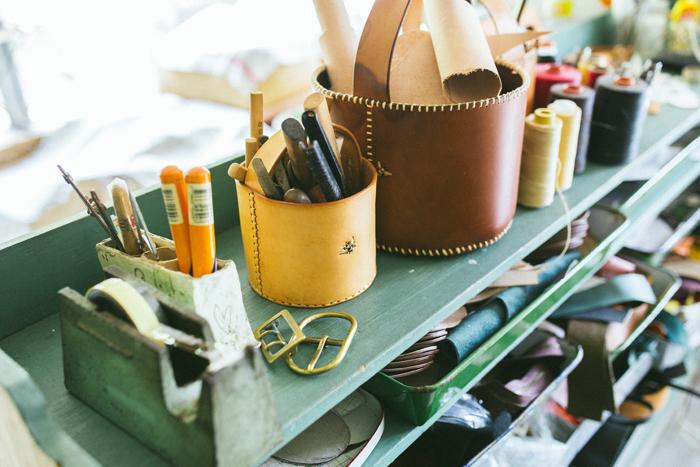 全ての工程を手作業で、たった一人で行っている黒澤さん。そのため、工房内には様々な道具や素材が所狭しとあふれている。