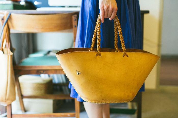 こちらは奥様が愛用中のバッグ。淡いベージュだったヌメ革が、5年の使用でこんなに美しいあめ色に。