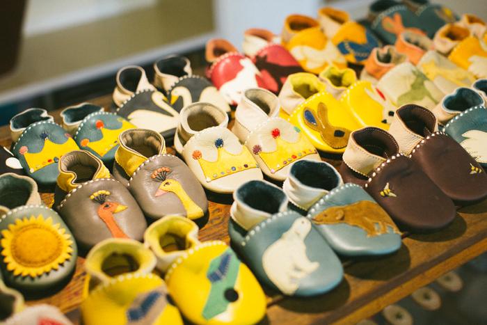 人気のベビーシューズはデザイン豊富でどれを選ぶか迷ってしまうほど。全て革で作られているため、小さなお子さんの足にもやさしくなじむ。