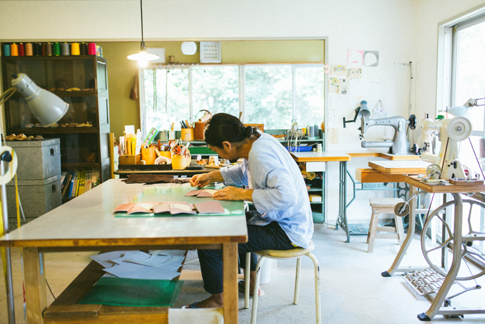 もの作りにおいて何よりも丁寧さを大切にしている黒澤さん。使う方のためにと、全ての工程に心を込めて丹念に仕上げていく。