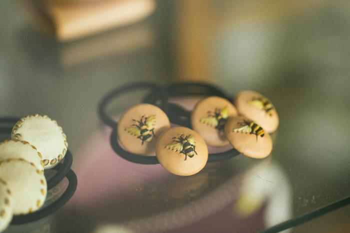 こちらも定番アイテムの一つ、刺繍ヘアゴム。可愛らしく存在感抜群の蜂が、多くの女性から人気を集めている。