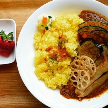 大阪の人気カフェ「フォークオールドブックストアー 」の素揚げ野菜がたっぷりのった《野菜たっぷりキーマカレー》。お店によって、具材にも個性があり、色々な味を楽しめるのも魅力です。