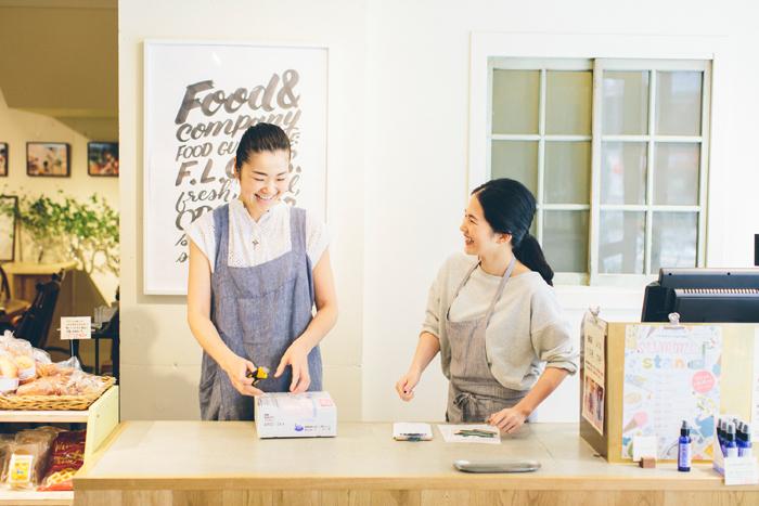 スタッフの小林さん(左)と谷田部さん(右)。ふたりの笑顔がお店を明るくします