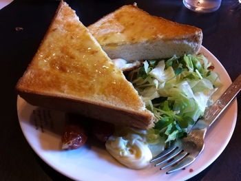 「アモール」のモーニングセット。厚切りのトーストに、ウィンナーソーセージ・目玉焼き・サラダが付いています。  ☆定休水曜日:9:00~20:00か21:00頃 ★朝食営業、ランチ営業、日曜営業  ※最新の営業時間は下記HPよりご確認ください。