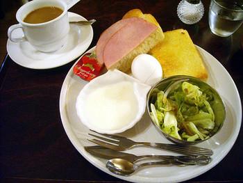 モーニングセットは、飲み物にサラダ、ハムとサラダ、ゆで卵のラインナップに、貝の器に入ったヨーグルト。