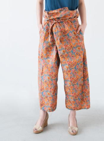 ウエストに巻き付けるように履くタイパンツ。エキゾチックな魅力が光る個性派ボトムスです。
