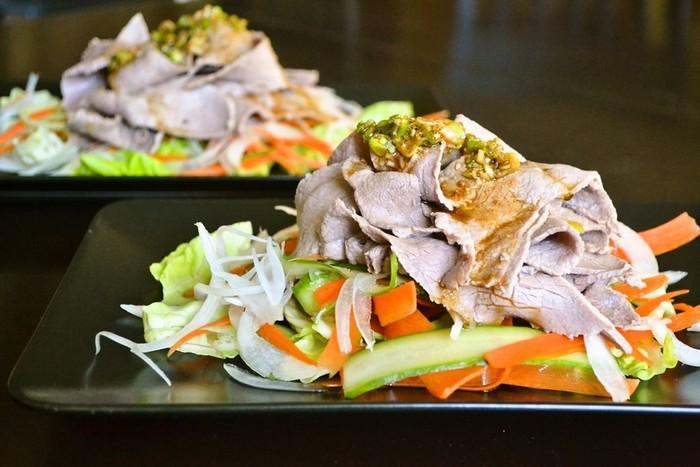 冷しゃぶサラダをリボン状のお野菜で彩ります。香味ダレをたっぷりかけて召し上がれ。ボリューム満点だけど、さっぱりいただけるので、暑い夏に嬉しいメニューです。
