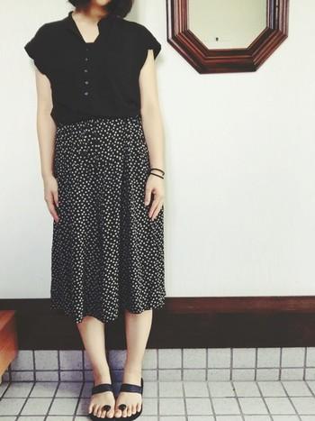 テロテロ素材は、黒でも涼しげ。細かいドット柄のスカートは子どもっぽくならず、シックに決まります。