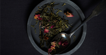 """NO.20 「KIKUYA(キクヤ)」はなんと、日本産の煎茶をベースにしているのだそう。ブルガリア産のバラの花びらと香りを取り入れた魅惑的なブレンドです。このお茶は、深川の芸者さん""""菊弥""""へのオマージュとしてブレンドしたのだそうです。"""