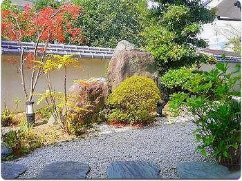 和洋モダンの店内から枯山水の庭が見える造りに。庭を鑑賞しながら優雅な気持ちで珈琲タイムを。