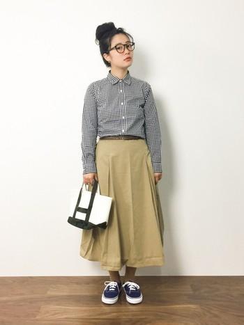 こちらは秋を先取りですが、白黒のチェックシャツにベージュのスカートで。ボーイッシュな雰囲気ながらもかちっとした印象に。