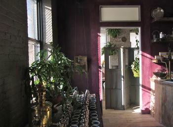ニューヨークにあるアトリエの美しさにも魅了されます。シックな室内に、クラシックな什器や雑貨、そして植物。紅茶のラボラトリーのよう。