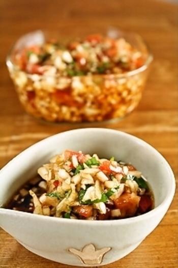 玉ねぎとトマトが丸ごと1個ずつ入った万能ドレッシング。野菜のソースはもちろん、そうめんなどの麺類、豆腐のトッピング、肉や魚のソースにも合います。