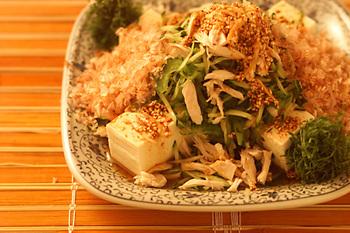 鳥のささみに、夏野菜に、ニンニクと唐辛子とゴマの風味のピリ辛ドレッシングをかけて韓国風に。このレシピにはゴーヤも入っているので、ビタミンをたっぷり摂って夏バテ防止にも◎
