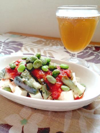 この冷奴はオリーブオイルで和えたナスに市販されている『野菜のとろ実』をかけて枝豆を散らしてあります。野菜がたくさん摂れて、ヘルシー♪ブラックペッパーも散らせばお酒のおつまみにもなりますね。