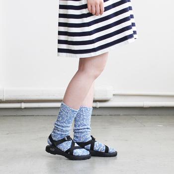 素足だけでなく、今年のトレンドでもあるソックスと合わせて履いても素敵なのでコーディネートの幅が広がります。