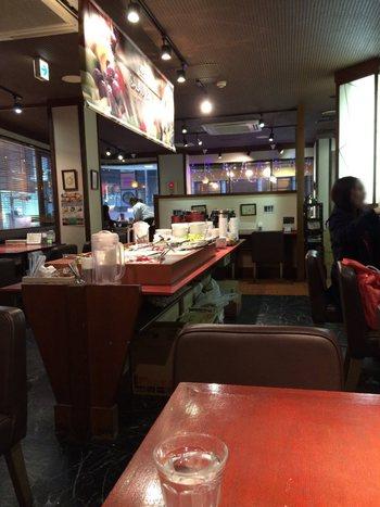 農家の息子さんが営む「黒川食堂」はおかわり自由のサラダバーが人気の名店。シックな内装で新鮮な野菜をたっぷり食べられると好評です。