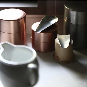 茶筒の大きさは、大・中・小の三種類。コーヒー、緑茶、紅茶と使い分ける人もいるようです。銅に錫引きを施した、銀色の茶さじも、使い込むほどに渋い色合いに変化していきます。