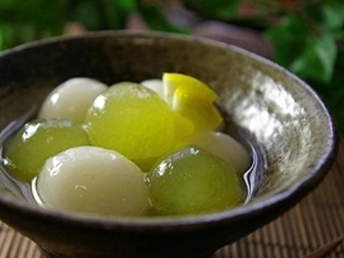 レモンのさっぱりした風味のフルーツポンチ。旬のぶどうと豆腐を練り込んだヘルシーな白玉がころころかわいい見た目も涼しいスイーツです。お盆など友人や家族が集まる日のおもてなしにもいいですね。