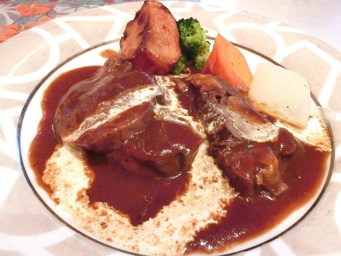 お肉も野菜もあふれそうなほど盛られた、ボリュームたっぷりのタンシチュー。シチューというよりお肉を食べる感じです。